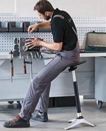Stehhilfe für ergonomischen Arbeitsplatz in der Werkstattt